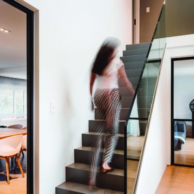Symbolbild, Frau geht Treppe hoch