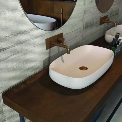 Badezimmer-Waschbecken in Kombi mit dunklem Holz