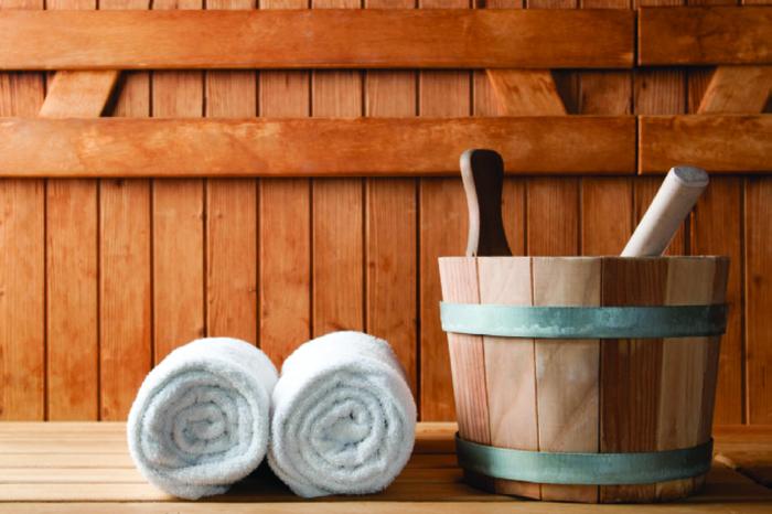 Symbolbild Saune, zwei Handtücher und ein Holzbottich