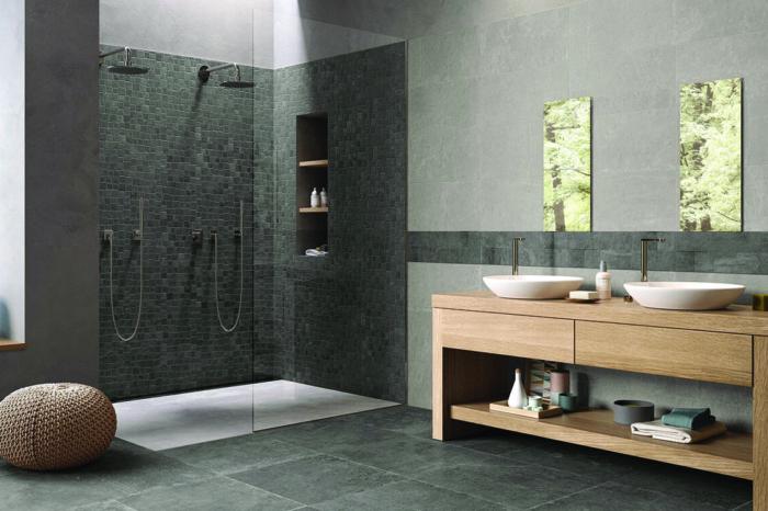 Dunkles Badezimmer mit Waschtisch aus Holz und weißen Waschbecken