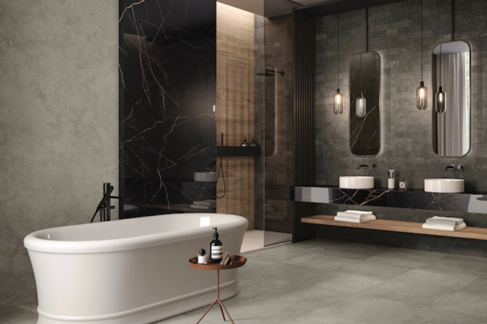 Dunkles Badezimmer mit weißer freistehender Badewanne