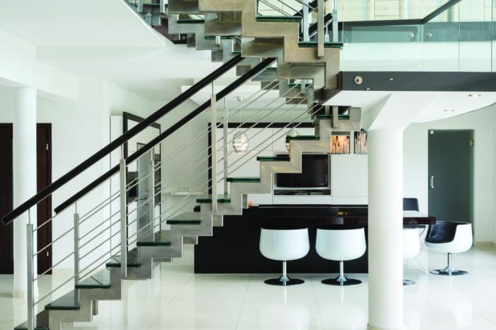 Ansicht einer modernen Treppe vor schwarz-weißem Ambiente