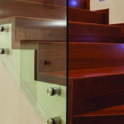 Nahansicht dunkle Holztreppe mit Glas