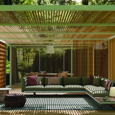 Großzügige Pergola mit Lounge-Möbeln