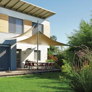 Gartenansicht eines Hauses mit Sonnenschirm