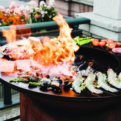 Fleisch und Gemüse auf einer offenen Grillplatte