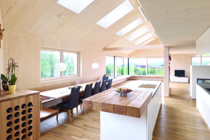 Koch- und Essbereich mit Dachschräge