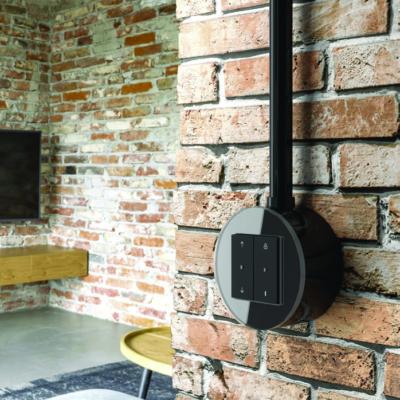 Dunkler Schalter auf rotem Mauerwerk
