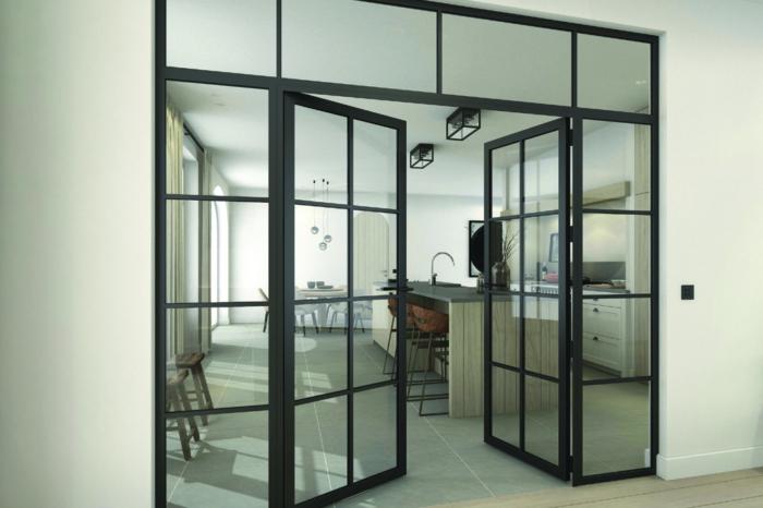 Breite Glastür, nach innen geöffnet