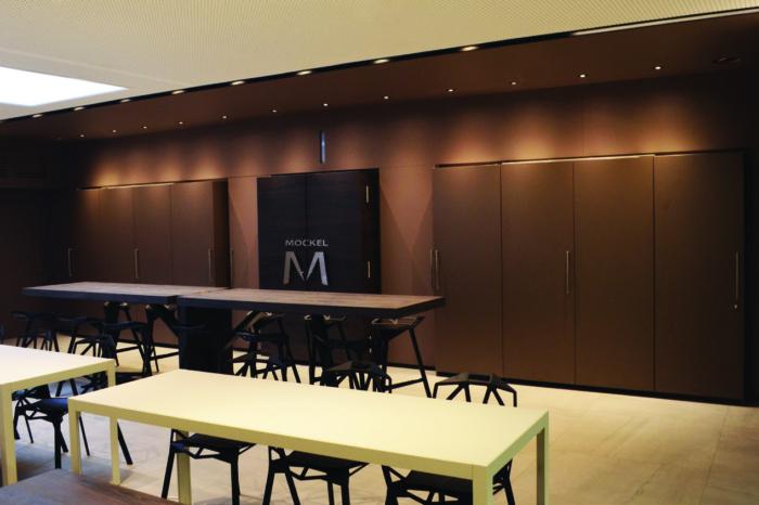 Konferenzraum mit Tischen und Stühlen