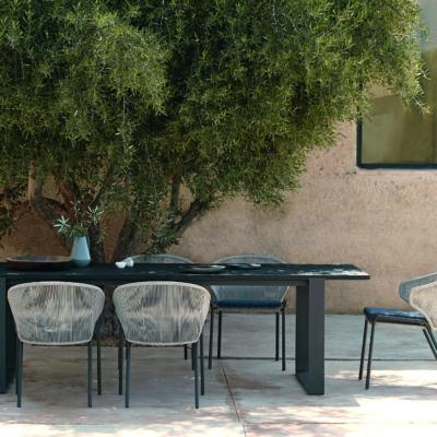 Gartentisch und -stühle