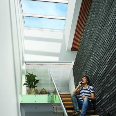 Lichtdurchfluteter Raum durch flache, große Fenster im Dach