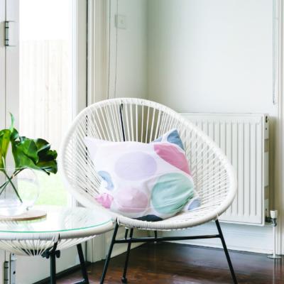 Gemütlicher Innenraum mit hellem Stuhl