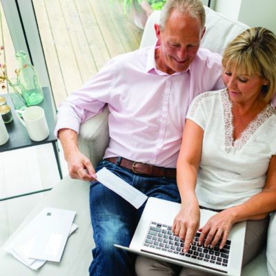 Symbolbild, älteres Paar beim Planen