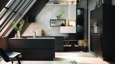 Moderne Küche mit dunklen Möbeln