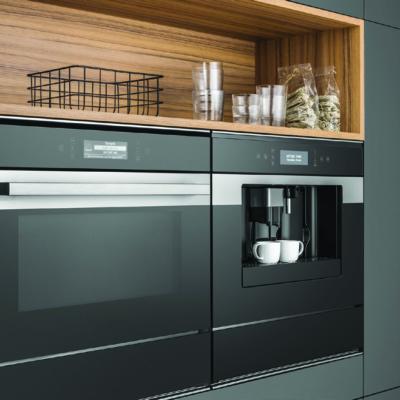 Küchenschrank aus Holz und dunklem Material