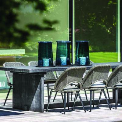 Grauer Gartentisch und -stühle