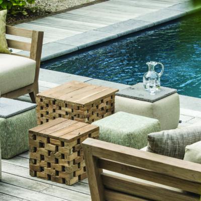 Sitzecke am Pool mit Lounge-Möbeln