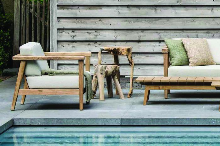 Gemütliche Outdoor-Sessel am Rand eines Pools